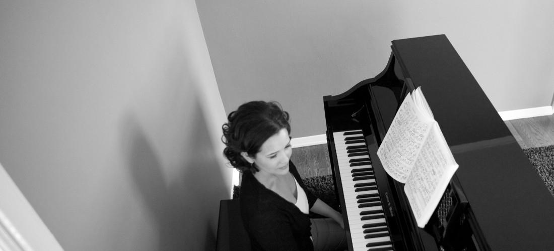 marisa-piano-bw